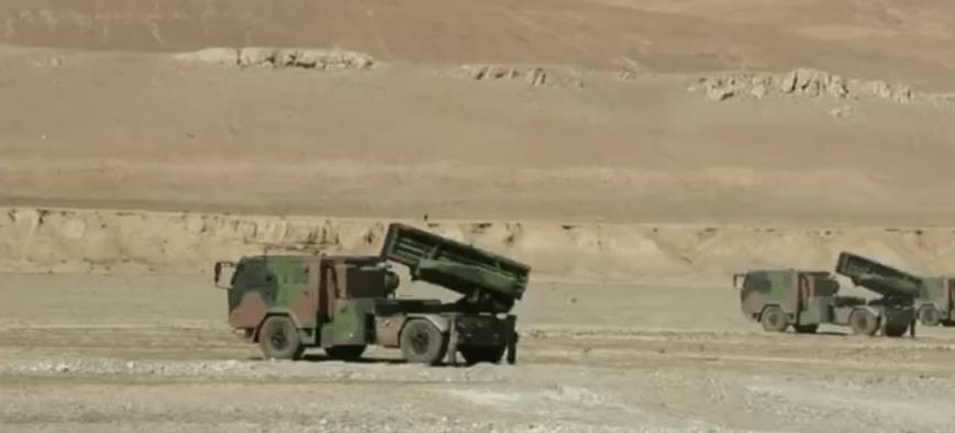 新型国产火箭炮亮相青藏高原,轮式地盘机动强,打了就跑真刺激