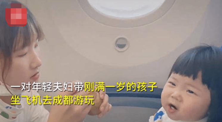 宝妈带一岁孩子坐飞机,给乘客准备小礼物:担心孩子哭闹打扰到您