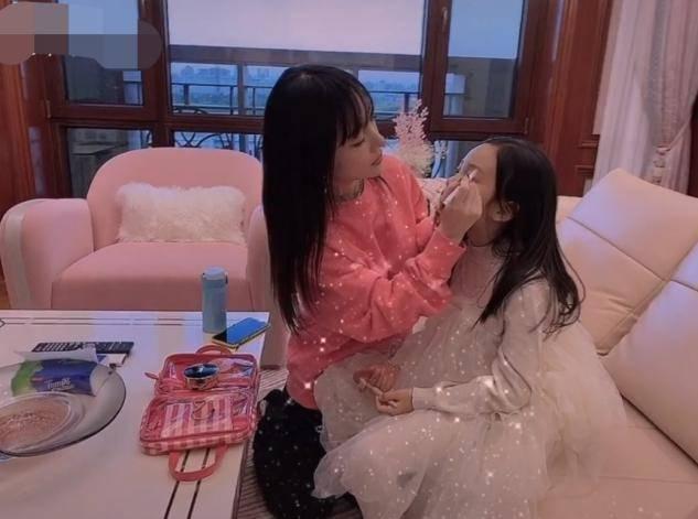 李小璐晒视频为甜馨庆生,教8岁女儿化装惹争议,网友:爱漂亮无罪(图1)