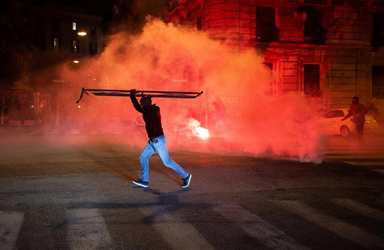 火中意大利,那不勒斯在宵禁期间发生骚乱,抗议者与警方冲突