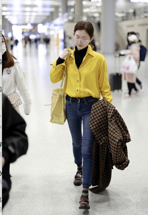 江疏影身材真给衣服加分,穿黄色衬衫配黑色高领衫,素颜状态超好