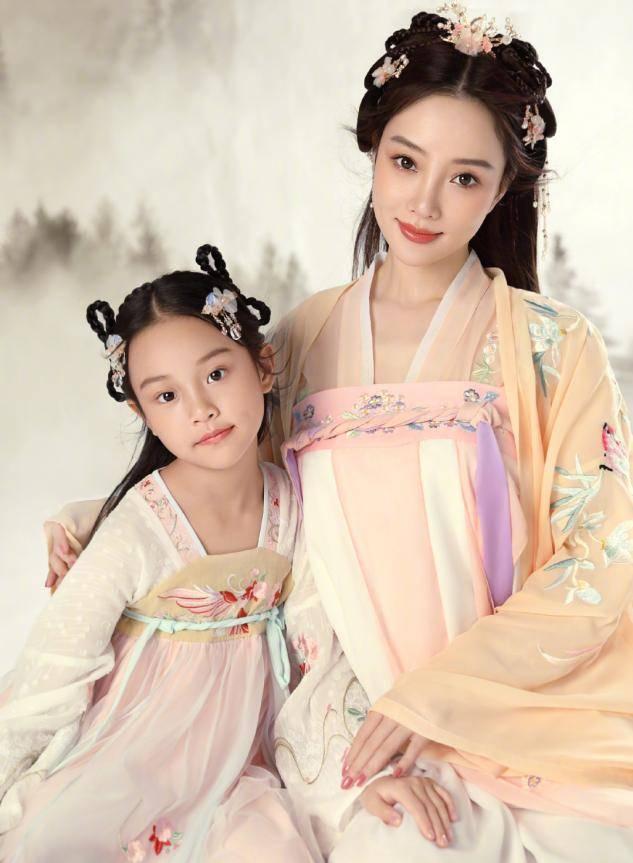 李小璐晒视频为甜馨庆生,教8岁女儿化装惹争议,网友:爱漂亮无罪(图5)