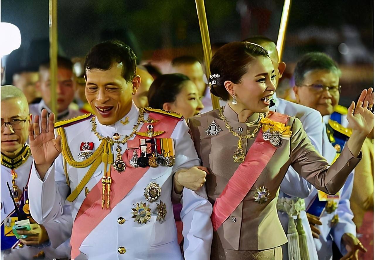 泰王携王后祭拜先祖,佩戴王室项链勋章,说成是珠宝首饰就不对了