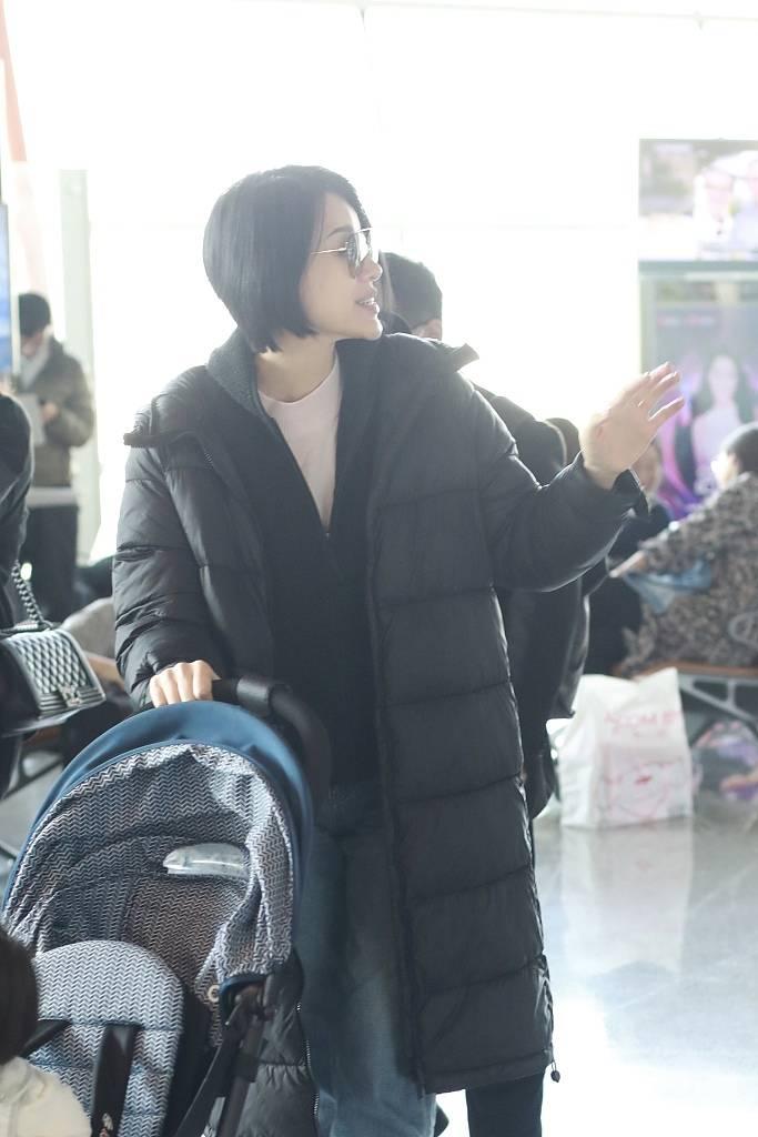 胡杏儿穿羽绒服走机场,素颜跟粉丝交流打招呼,普通又很真实!