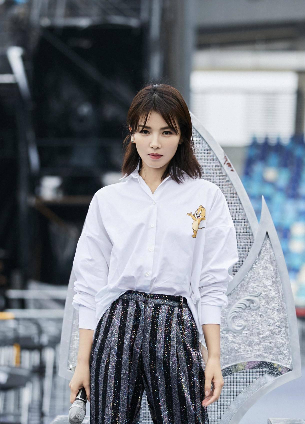 刘涛真会穿,基础款白色衬衫搭配条纹裤真洋气,意外减龄又时髦