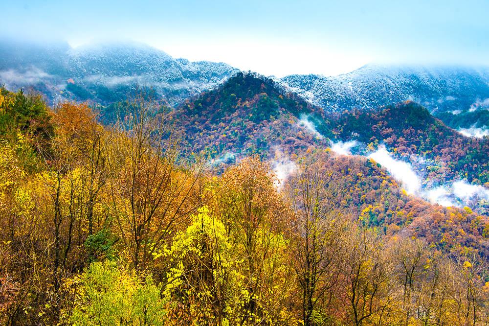 秦岭下雪了!自驾陕南赏秋秘境,红叶遇冬雪宛如仙境,真是太美了