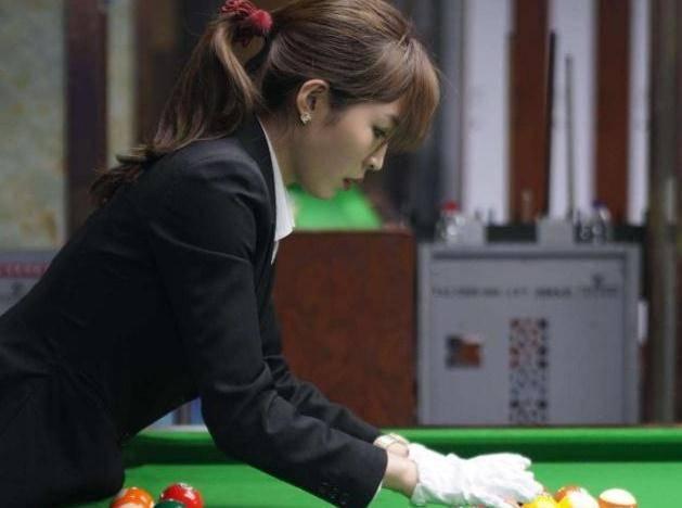 她18岁成为最美台球裁判,身材完美不输潘晓婷,现与男友生活幸福
