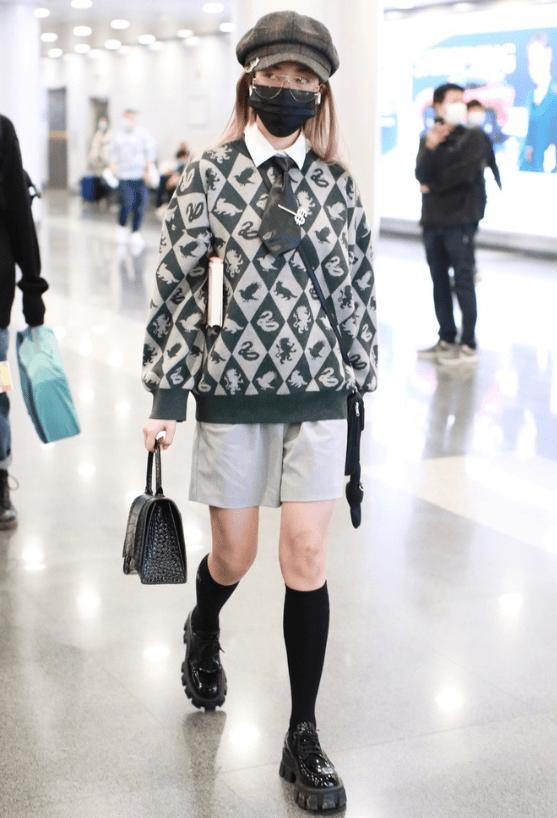 原创             乃万不愧是新晋时髦精,机场穿搭越来越飒,女rapeer这么酷吗?