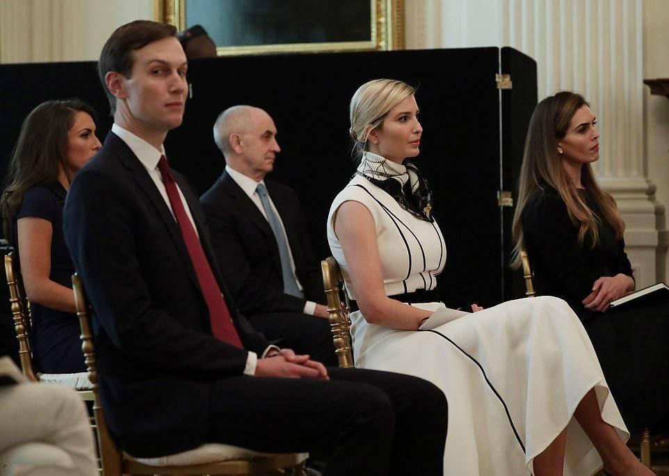 伊万卡老公秘书太会穿!穿大衣配复古波点裙,光着长腿也不怕冷