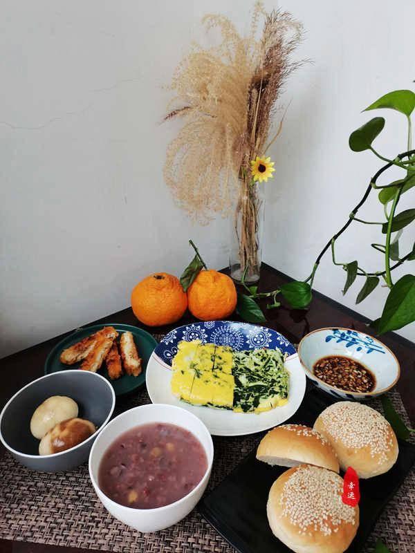 早餐桌上,一道有蛋有菜的快手菜,简单实用有营养