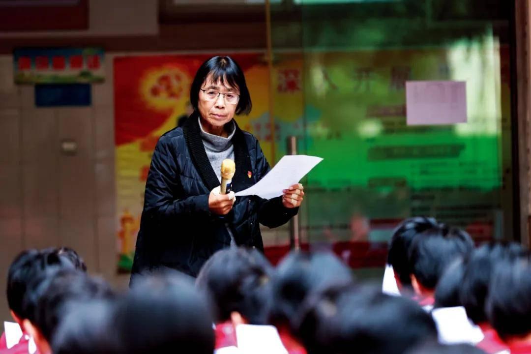原创 靠唱红歌、苦学,她让1800多名穷女孩考上大学,张桂梅的神话能复制吗?