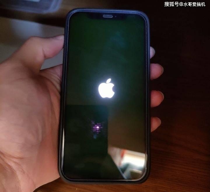 原创             敷衍来得太快:iPhone12屏幕发绿说是软件问题?