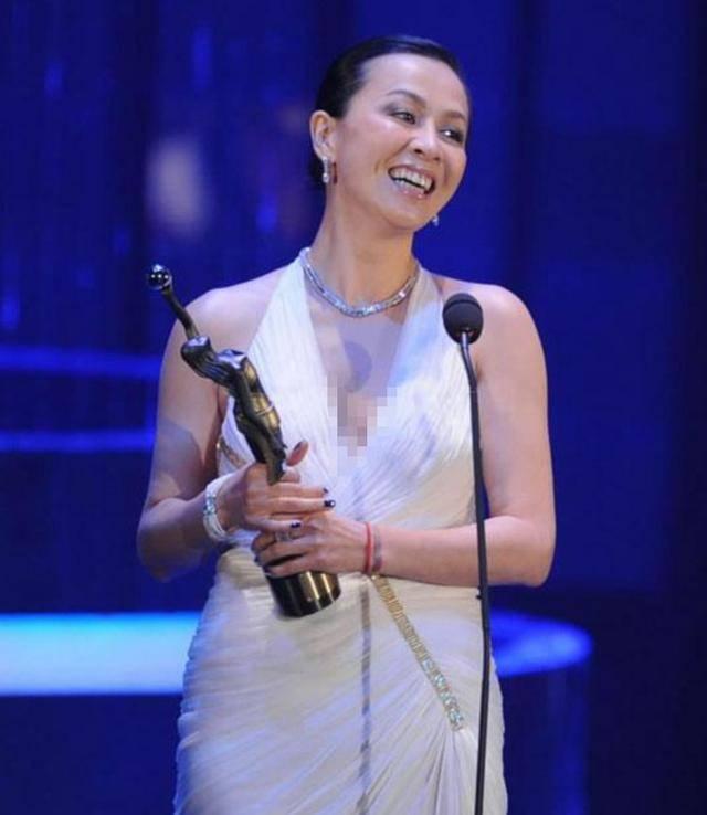 54岁刘嘉玲饰演20多岁少女,双马尾形象惹争议,网友:像蔡明老师
