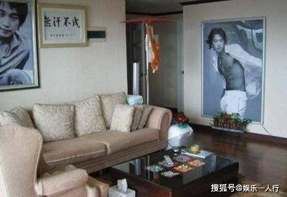 晒晒Rain在韩国的豪宅,墙上还挂着自己的巨幅海报,很自恋的一个人