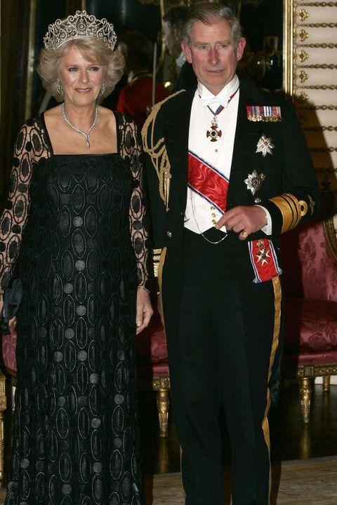 原创             卡米拉嫁入王室多年只是伴妃?戴尽戴安娜珠宝,穿着奢华没贵族范