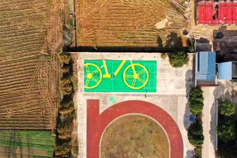 美团单车轮胎变篮球场 公益环保助力乡村教育