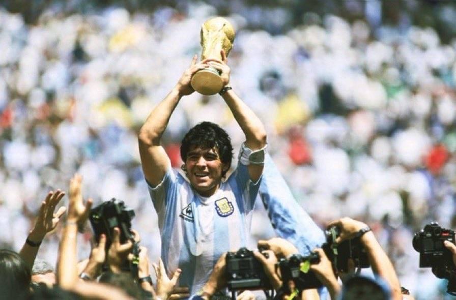 阿根廷全国哀悼3天!皇马巴萨发文悼念马拉多纳 梅西配图让人泪奔