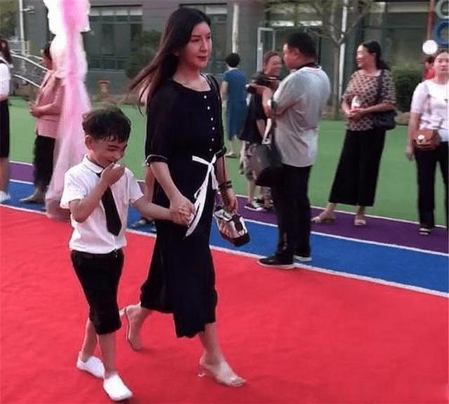 幼儿园举办亲子活动,宝妈盛装亮相走红毯,网友:当妈太难了