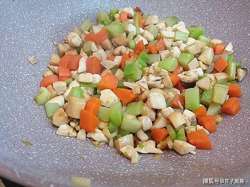 教你个懒人菜,4种食材一锅炒有肉有菜,5分钟出锅,好吃营养