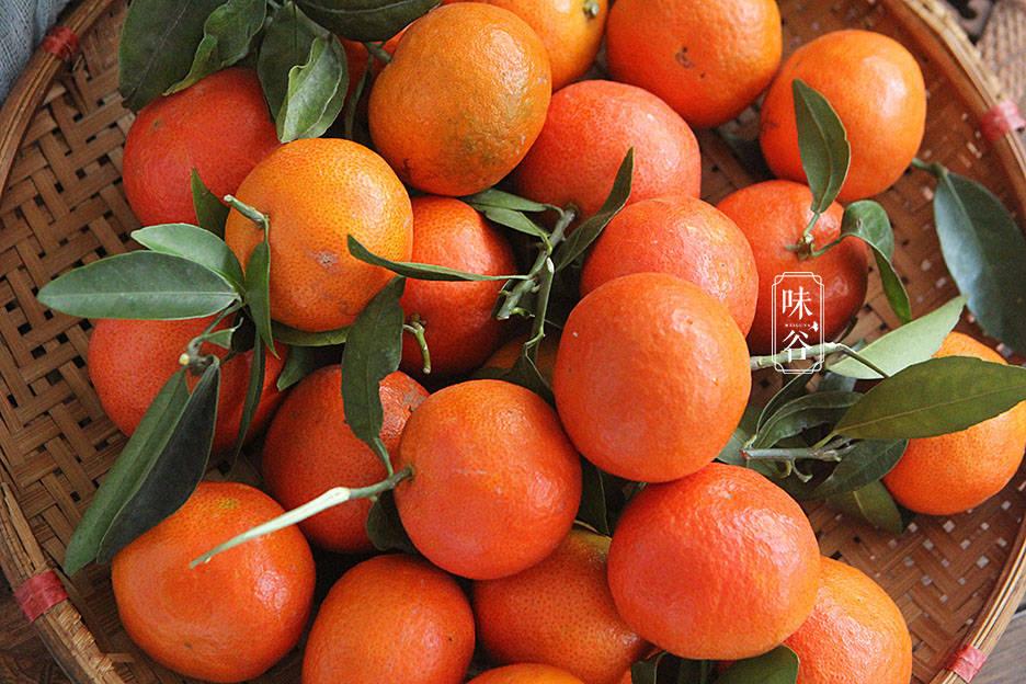 2、将橘子横着对半切开,挑出橘子核,有些橘子核会藏在里面,要仔细检查一下有没有挑干净;   把橘子的香气封存在罐子里,能