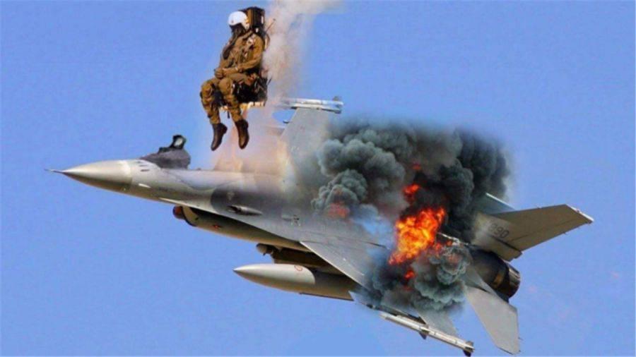 数百名师生死亡!飞行员为保命弃机跳伞,30吨战机直接砸向学校