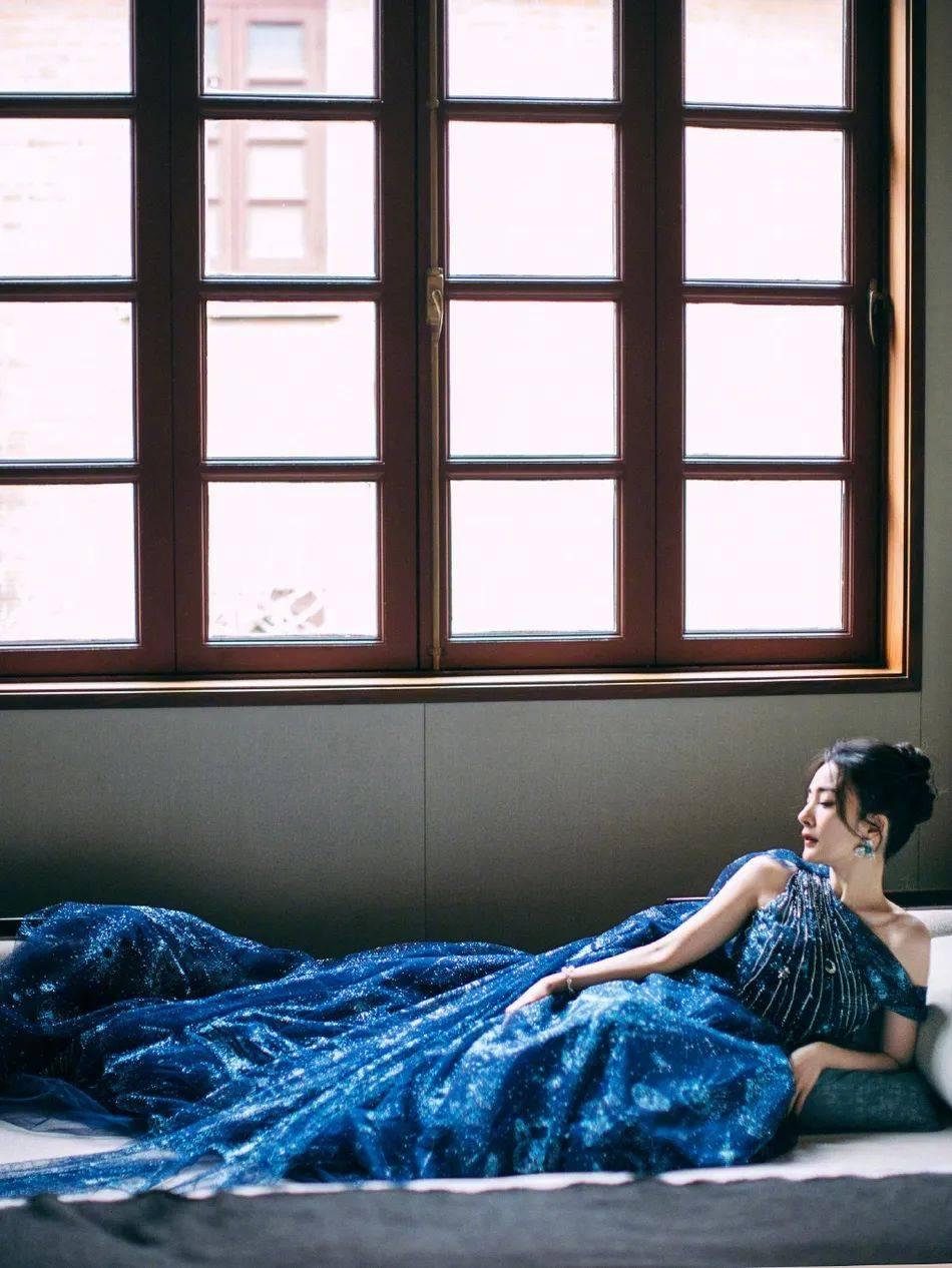 杨幂穿吊带蓝裙太妩媚了亚洲杯!雪肤娇嫩魔鬼身材性感撩人