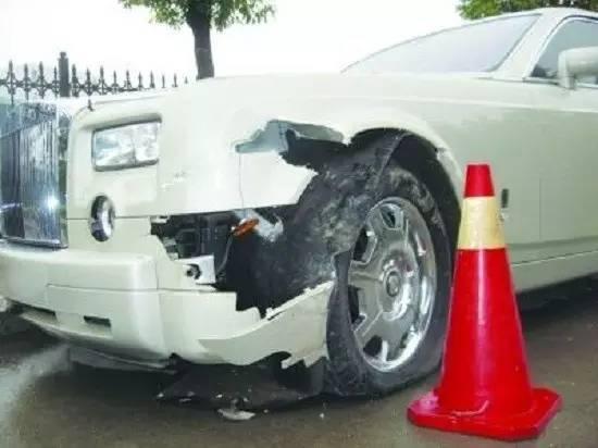 """""""爱游戏体育"""" 车子后保险杠被撞烂了 车主很生气 效果一张纸"""