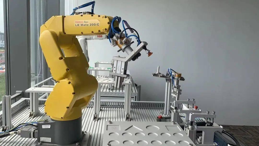 说实话,培养工业机器人贵吗?