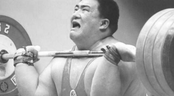 中国举重冠军,一生荣获60多个冠军,去世时存款仅有300元