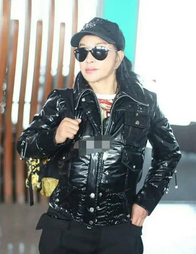 65岁刘晓庆现身机场,一身装扮显得十分年轻,皮肤保养得也太好了