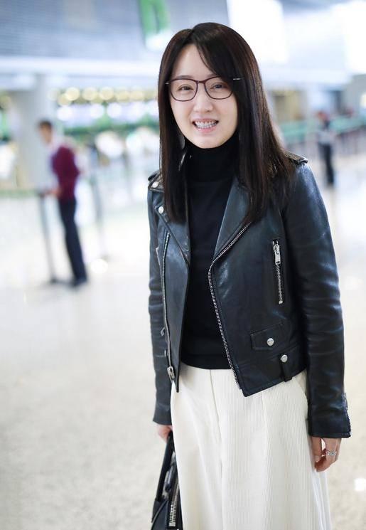 49岁杨钰莹气质太好!穿黑色也不显老,素颜状态仍有少女感