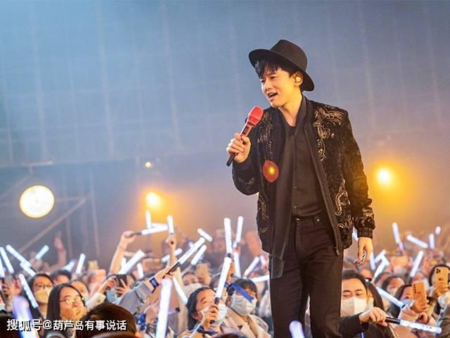 张杰在演唱会的现场共情演唱《只要平凡》,感动哭泣到唱不出来