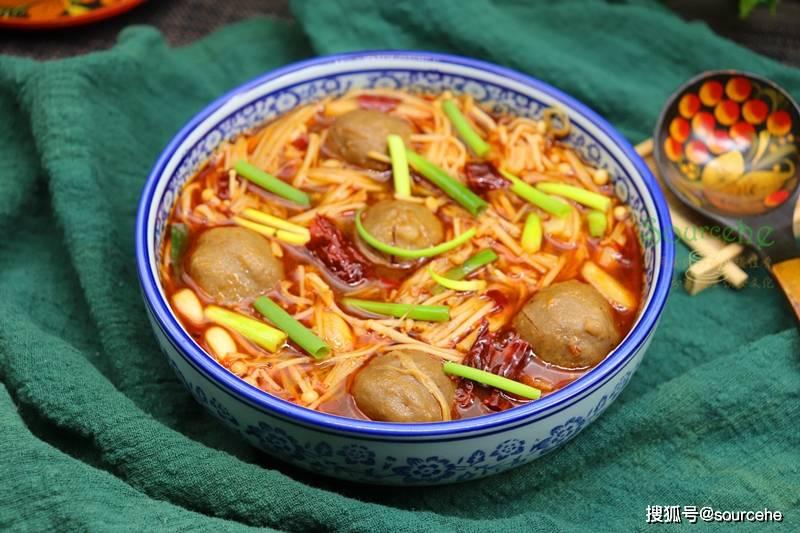 原来的日子越冷越佩服。牛肉丸和金针菇煮的香辣可口,比火锅简单多了