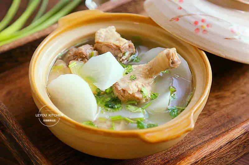 原来冬天又冷又干,喝这碗汤,补水驱寒,看看。