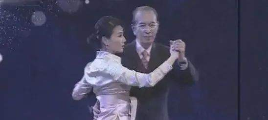 迷倒何鸿燊,李连杰对她死心塌地,利智59岁生日曝光与女儿关系  第7张