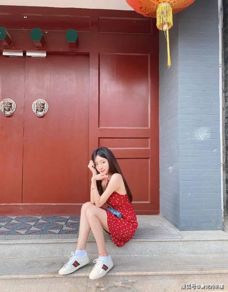 她是杨幂都捧不红的人,如今穿一身红色碎花裙,仙气飘飘惊艳众人