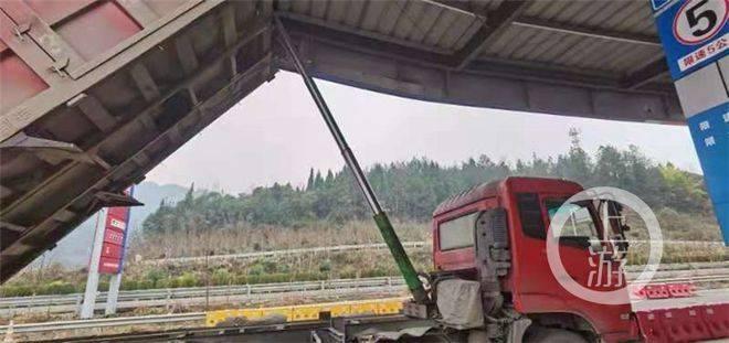 3米多高货车撞上近6米高的加油站顶棚