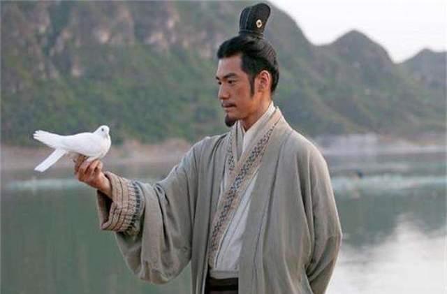 赤峰博物馆有个木俑,俑膊上雕刻着一只鹰,它是最真的海东青形象