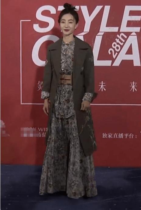 原创克劳迪娅穿着风衣走在红地毯上。如果他想出现,就不能好好打扮!