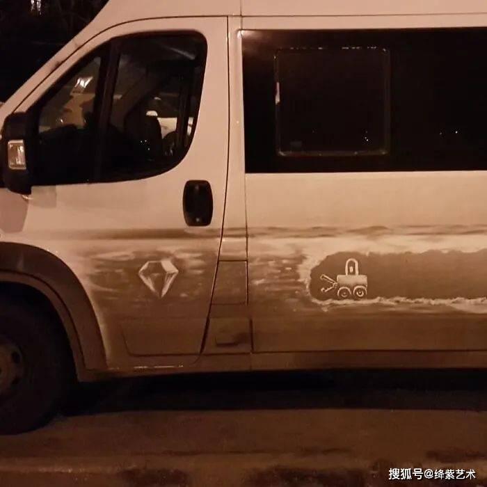 他在脏汽车上,画出漂亮的涂鸦,车主:又可以半年不用洗车了