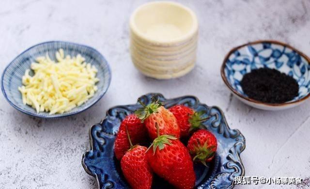 巧用蛋挞皮做草莓芝士酥,一咬还会流心的那种,颜值与美味并存