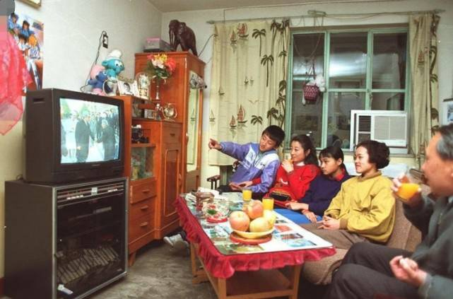 """为何80、90年代,每周二电视台都会停播,还会出现""""彩色图片""""?  第5张"""
