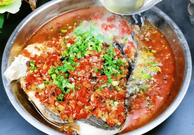 剁椒鱼头不要做老一套了,湘菜大厨教你秘制做法,鱼肉鲜嫩还不腥
