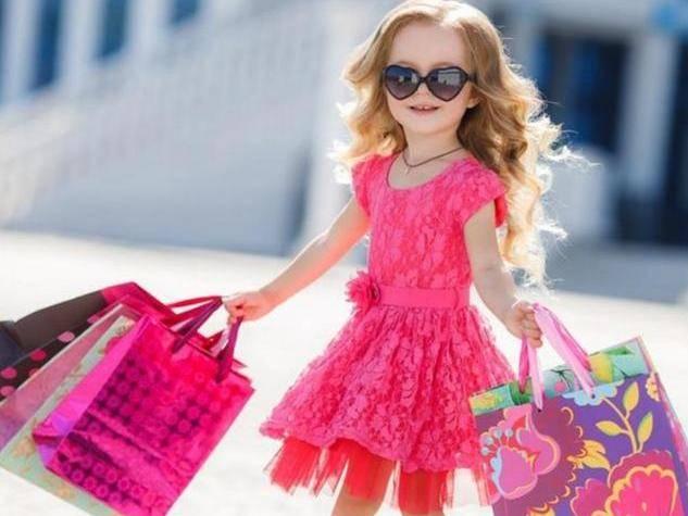 你会给孩子买多贵的衣服?不同答案,成就不同价值观的孩子