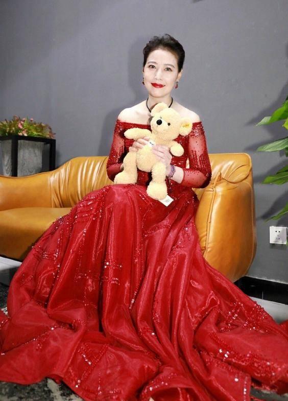 原创             微胖的周海媚刷新时尚认知,穿红裙珠圆玉润,54岁也很有女人味