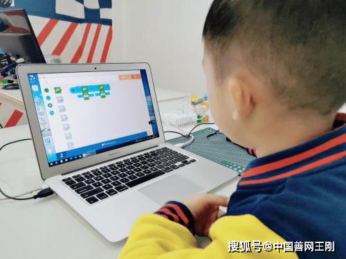"""索尼的""""KOOV公益班""""为年轻人提供了7000多个课时的编程课程"""