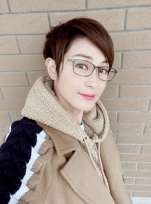 """陈法蓉不愧是""""气质女神"""",穿棕色大衣配卫衣优雅洒脱,时髦精致"""