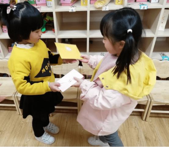 """幼儿园互换礼物,千元文具换了个""""破纸人"""",扫码后家长脸都绿了"""