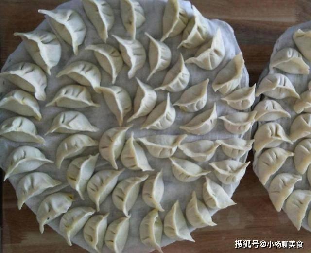 煮饺子时,水开就下锅?教你一招,饺子不破皮不露馅,还不粘锅