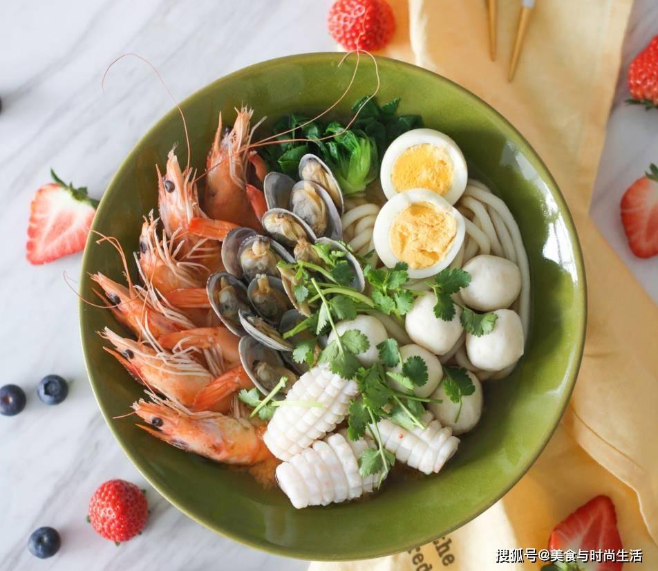 """面条也可以吃的这么""""豪华"""",3种海鲜一起搭配,汤鲜面香,一碗管饱"""